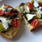 Crostoni con nastri di zucchine