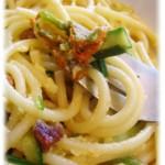 Carbonara di zucchine, fiori di zucchina e speck