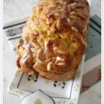 Cake salato con pesto al basilico, feta e pinoli