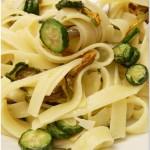 Fettuccine aglio, olio, e…zucchine novelle con il fiore, in scaglie di mandorla