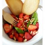 Insalata di fragole basilico e pinoli