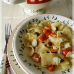 Pasta veloce veloce ai pomodorini, uvetta e scaglie di mandorla, profumata all'origano
