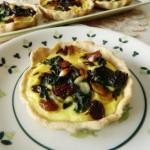 Tartellette integrali con spinacini, uvetta e mandorle