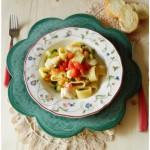 Calamarata gamberetti, merluzzo e zucchine con un tocco di pomodoro