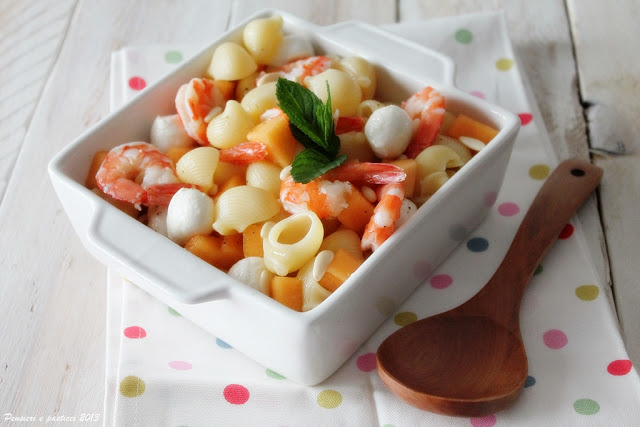 insalata di pasta con melone, gamberi e mozzarella