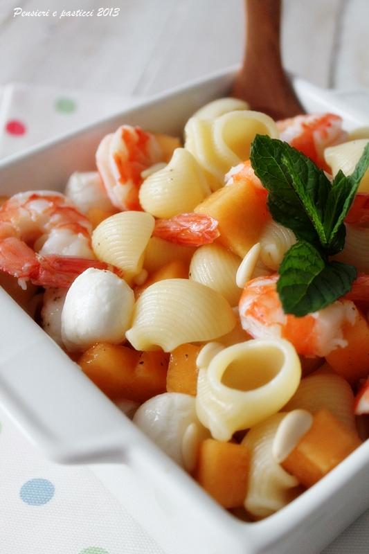 pasta fredda con gamberi, melone e mozzarella