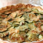 Quiche alle zucchine e formaggio filante, profumata alla maggiorana
