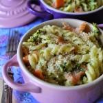 Piccole cocottes di pasta gratinata al salmone e zucchine dal cuore cremoso