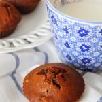 La colazione d'autunno, muffins al caffè profumati al miele, con uvetta e noci