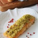 Filetti di salmone gratinati al pistacchio e pepe rosa
