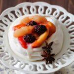 Piccole pavlove delle feste, profumate alla vaniglia e frutta speziata