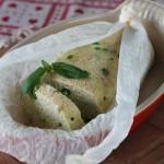 Polpettone di pollo, feta e piselli novelli al cartoccio, profumato al basilico