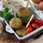 Polpettine di zucchine, feta, pinoli ed erbette profumate
