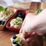 Crostini di mousse alla mortadella con pistacchi, basilico e mirtilli