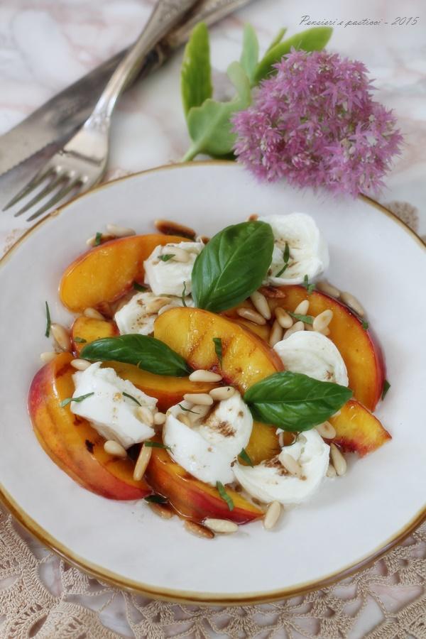 insalata di pesche, basilico e mozzarella