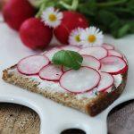 Crostoni di segale alla crema di formaggio e basilico con ravanelli per #seguilestagioni