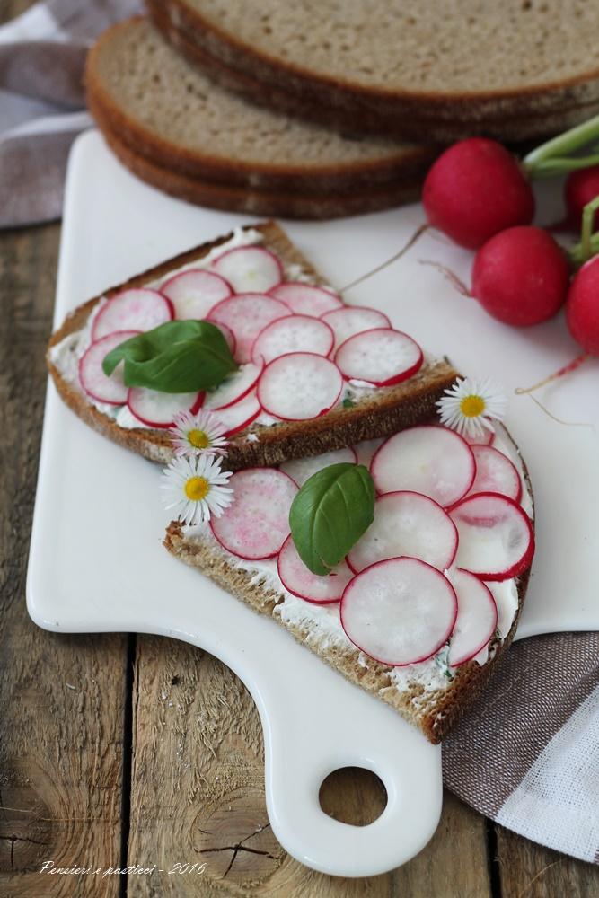 Crostone di segale con crema di formaggio al basilico e ravanelli 2
