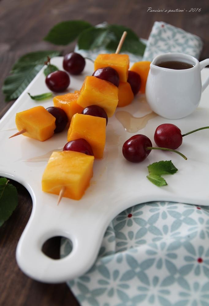 spiedino di mango e ciliegie con sciroppo al tè 3