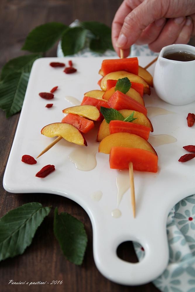 spiedino di papaia e pesca con sciroppo al tè 1