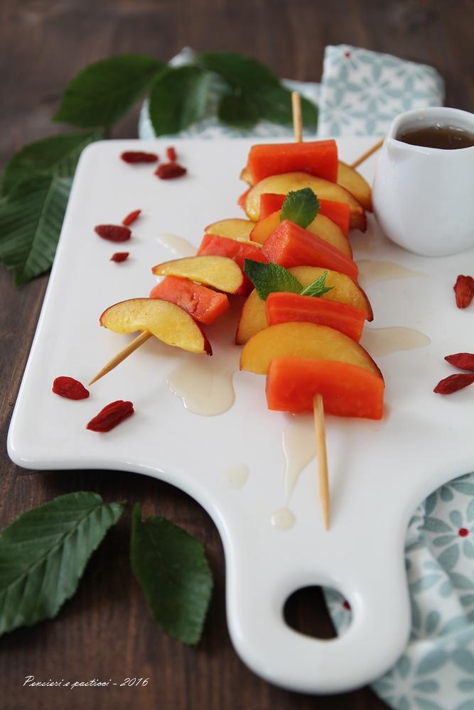 spiedino di papaia e pesca con sciroppo al tè 2