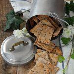 Crackers integrali con pasta madre, erbe di provenza e semi di lino