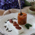 Semifreddo allo yogurth con noci pecan e composta di albicocche e tè Red  Mao Feng