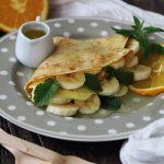 Crepes all'avena con frutta fresca e sciroppo di arancia, menta ed erba limoncina