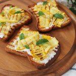 Crostoni alle zucchine gialle grigliate, con crema di caprino alla menta