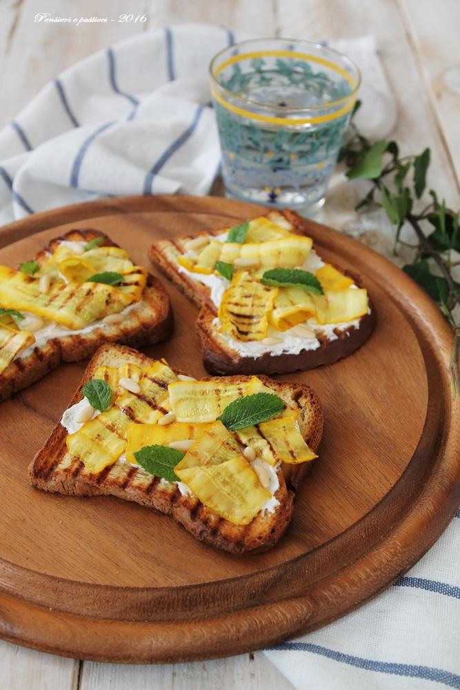 crostoni con zucchine gialle, formaggio, pinoli e menta 2JPG