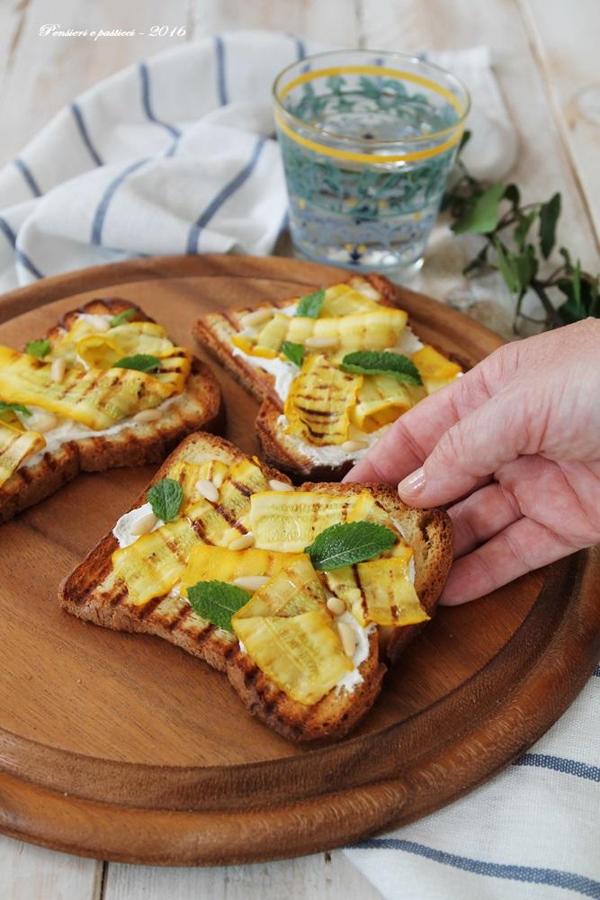 crostoni con zucchine gialle, formaggio, pinoli e menta