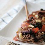 Soba noodles con bietole rosse e gialle, cocco e anacardi