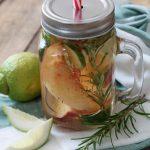 Acqua detox alla pesca bianca, rosmarino e zucchina