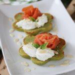 Pancakes salati alla farina di piselli, salmone e crema di formaggio al basilico