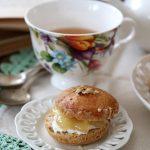 Scones al tè Keemun, con crema di formaggio e confettura