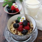 Porridge all'avena, cioccolato e frutti di bosco