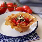 Cestini croccanti con pomodorini al tè affumicato