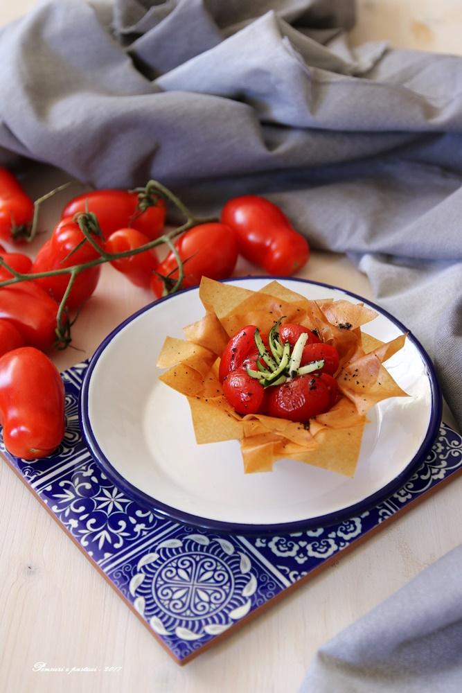 cestini croccanti con pomodori e tè affumicato