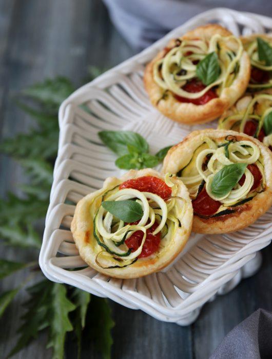tartellette tricolori zucchine e pomodorini