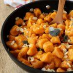 Gnocchi di carote, alle mandorle e salvia