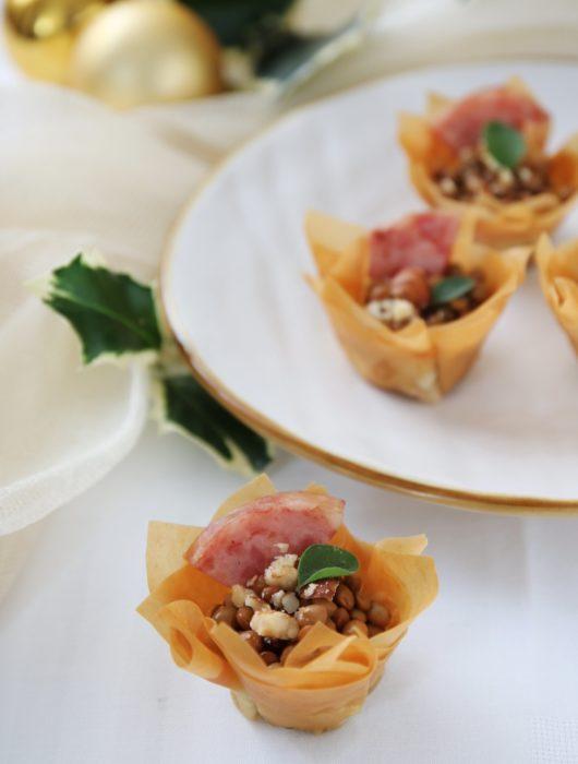 cestini croccanti di lenticchie speziate, nocciole e cotechino