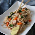 Spaghetti di riso integrale con verdure, salmone e zenzero