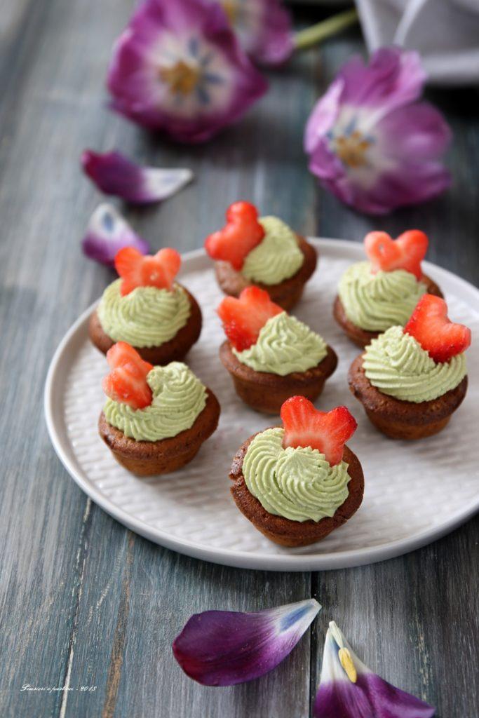 mini cupcake al tè matcha e fragole