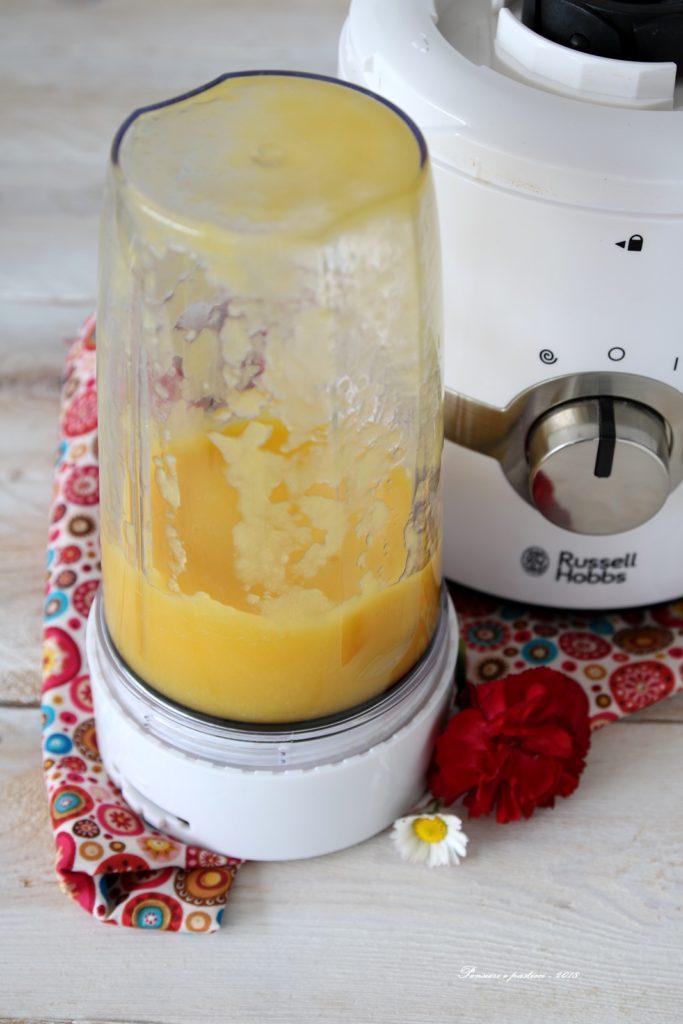 smoothie bowl al mango, cocco, muesli e frutti rossi