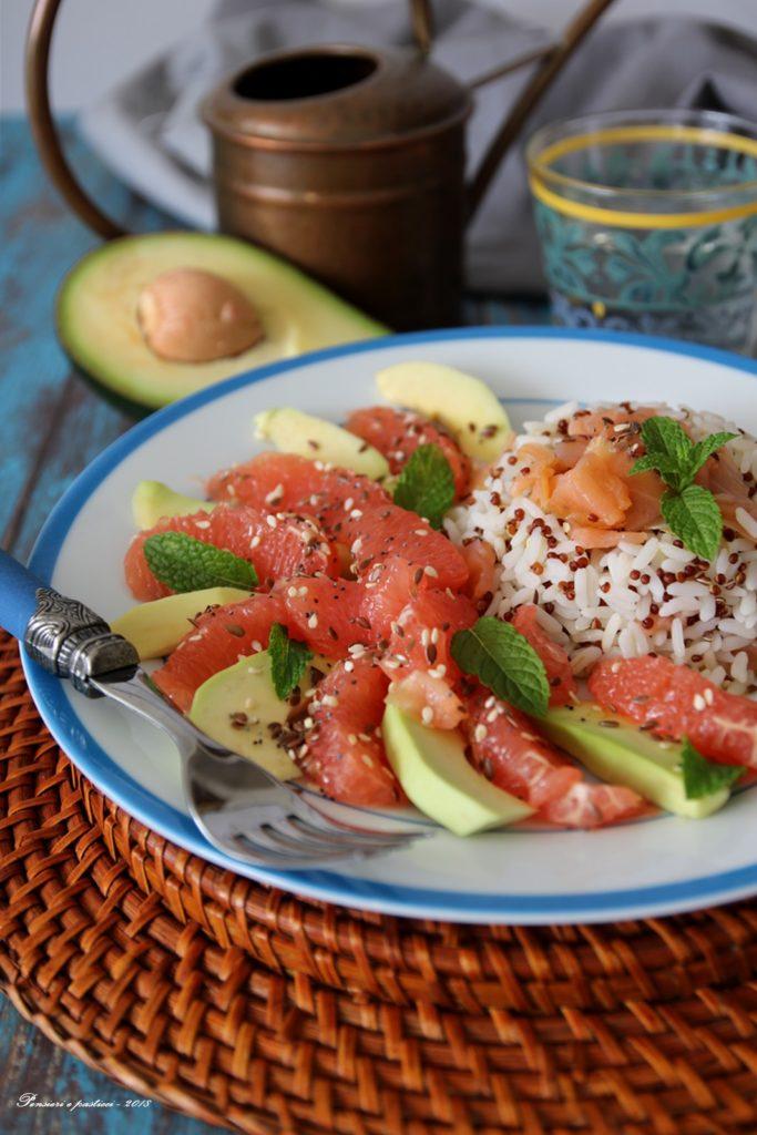 insalata di riso e quinoa con salmone, avocado e pompelmo