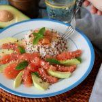 Insalata di riso e quinoa, con salmone, avocado e pompelmo