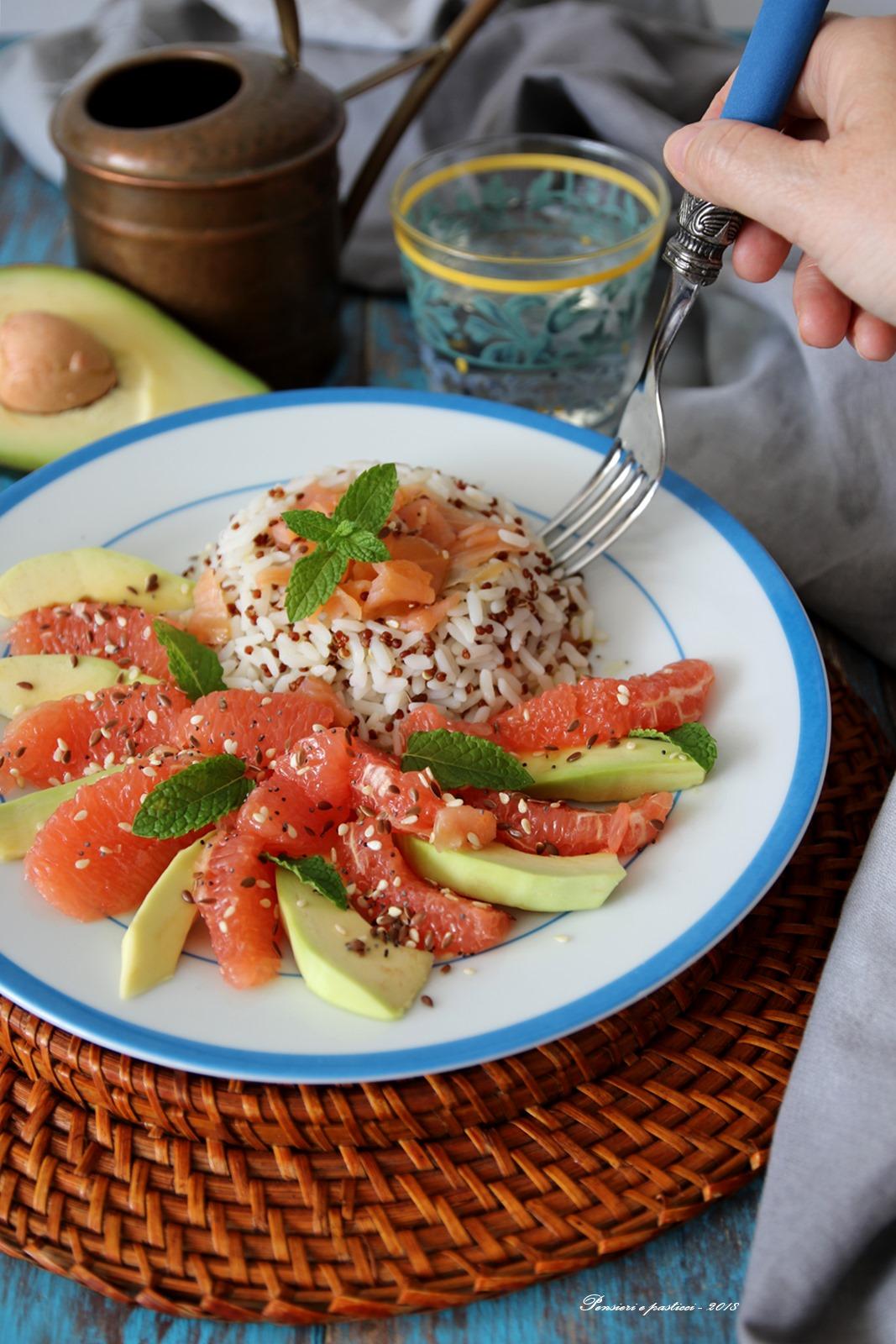 insalata di riso e quinoa con salmone, avocado e polpelmo