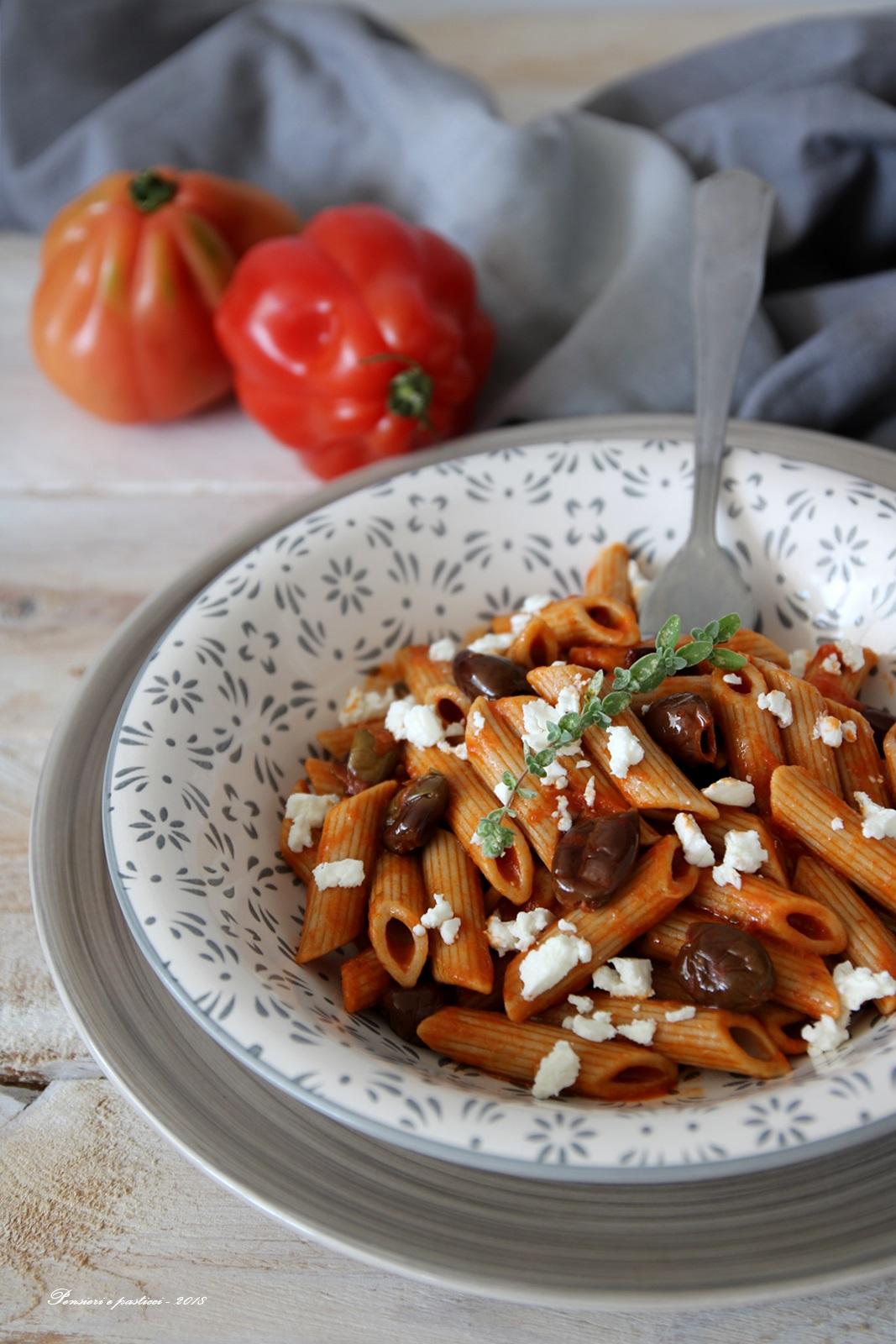 pasta al pomodoro con olive, feta e maggiorana