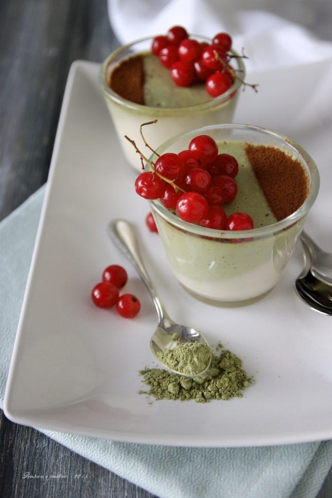 Panna cotta al cocco e tè matcha con frutti rossi