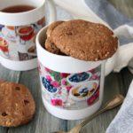 Biscotti con farina di farro, fiocchi d'avena, cacao e nocciole