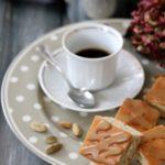 Quadrotti soffici al tè chai glassati al caffè